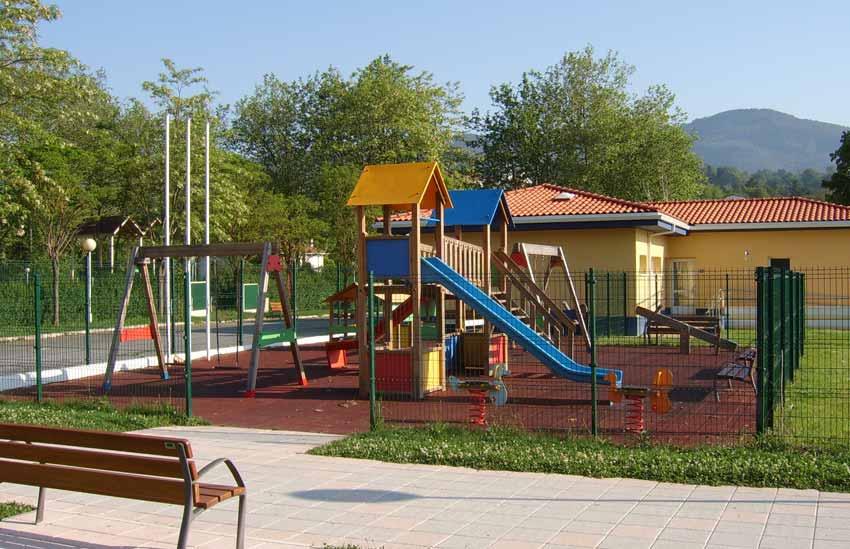 Parque infantil en las Piscinas Municipales de Sopuerta